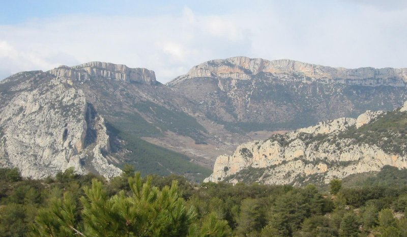 Boixois anticline viewed from the SE, with lower Cretaceous marls capped by upper Cretaceous Limestones, Tremp-Graus Basin